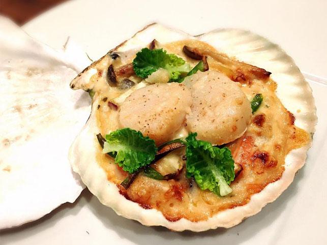 寒い季節にぴったりな前菜、ホタテ貝と冬野菜のグラタン