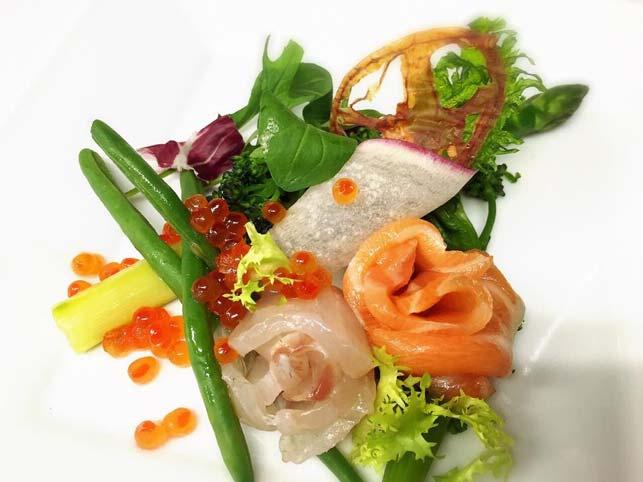 アスパラガスを使ったディナーの一皿、極太アスパラガスと魚介類のマリネ、ブーケ仕立て。