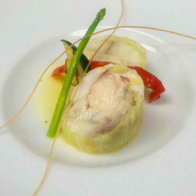 甘く柔らかく蒸したキャベツに、魚介の旨みがじゅわっと溢れ出す『オマール海老・フグのキャベツ包み』をご紹介いたします。