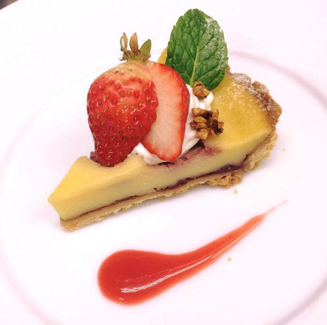 専属パティシエが春らしいイチゴデザートをご提供いたします。
